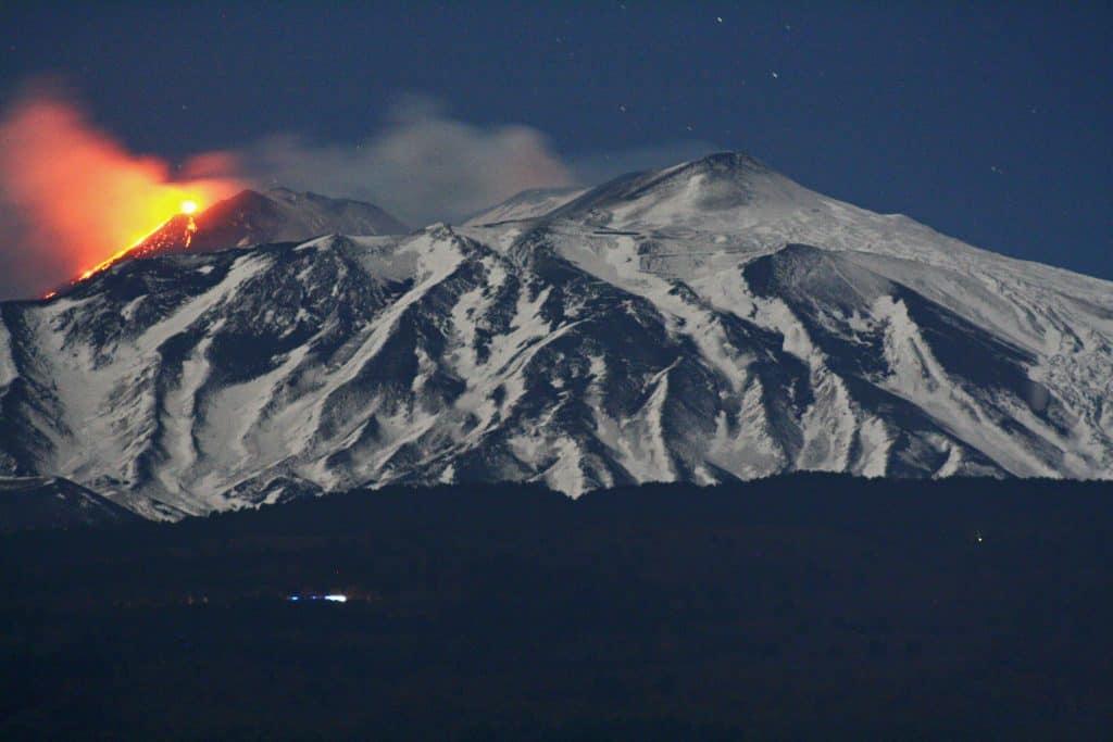Eruzione vulcano Etna da distanza